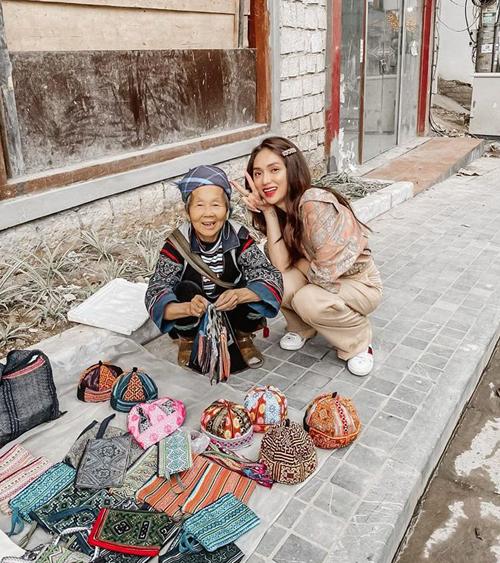 Hương Giang chụp hình kỷ niệm cùng cụ bà bán hàng vỉa hè ở Sapa.