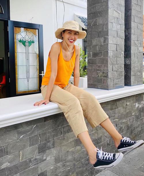 Đội mũ bucket, đi giày thể thao, Minh Triệu trông nhí nhảnh như teen girl.