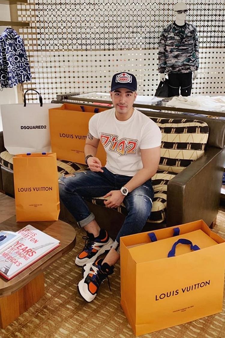 Vỹ chia sẻ ảnh mua sắm giày, đồng hồ, túi xách... của những nhà mốt hàng đầu thế giới như Gucci, Louis Vuitton, Dior...