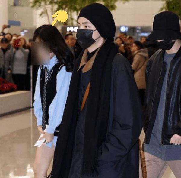 BTS có rất nhiều fan cuồng bám đuổi tại sân bay.