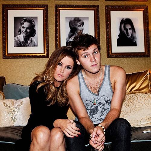 Benjamin và mẹ, ca sĩ Lisa Marie Presley, năm 2012.