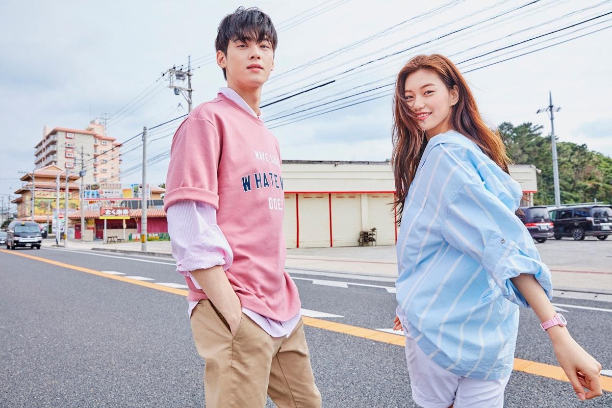 Cha Eun Woo - Kim Do Yeon là hai nghệ sĩ nổi tiếng với visual đại diện cho thế hệ idol thứ 3. Họ đều có điểm chung là có chiều cao như người mẫu, thần thái sang chảnh, gương mặt quảng cáo được ưa chuộng. Mới đây, fan còn tìm ra một điều trùng hợp khác rằng Eun Woo - Do Yeon đều được nhà tuyển chọn của công ty nhắm đến khi đang tham gia hoạt động ở trường học.