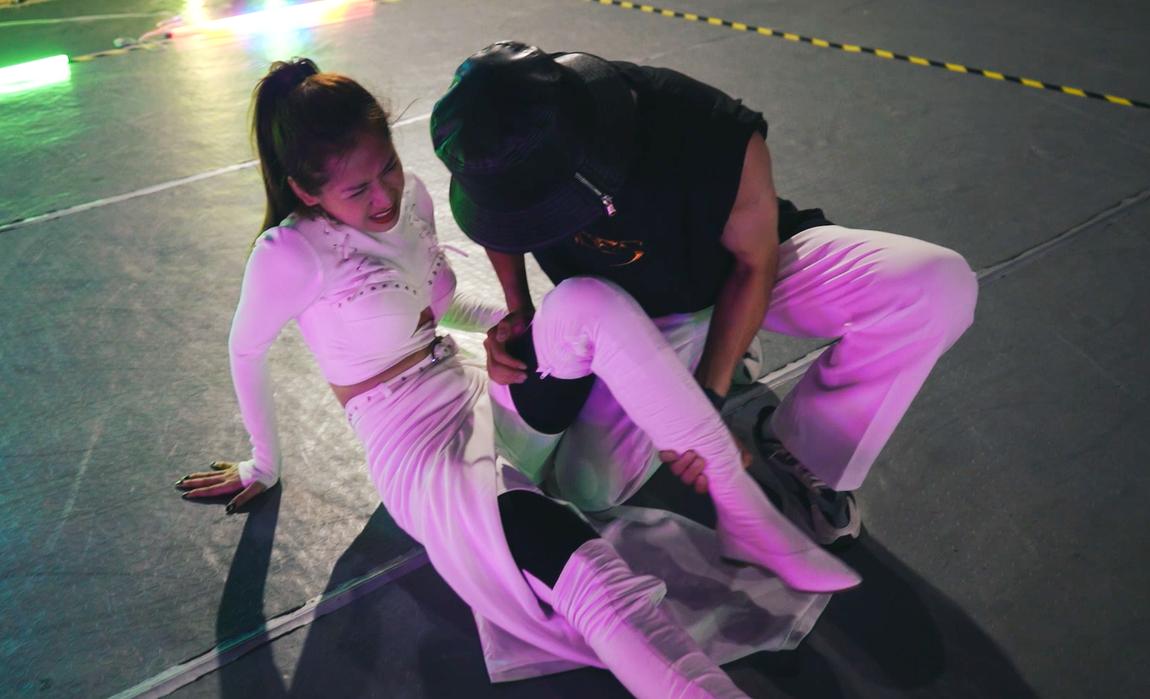 Chi Pu đau đớn vì tai nạn trên sàn tập.
