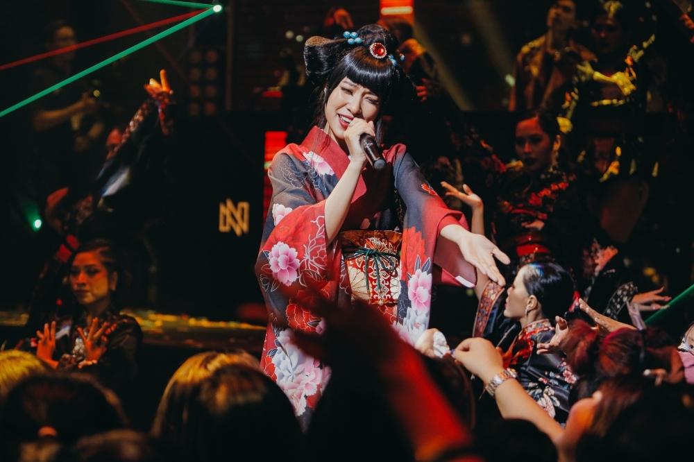 Nhiều người bạn - cũng là nghệ sĩ trực thuộc công ty của K-ICM như Quang Đông, Lena, Xesi... hát chúc mừng.