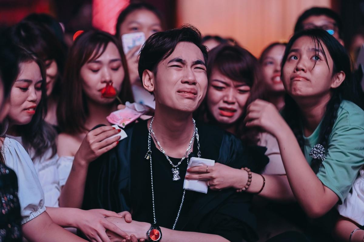 Sau những phút thăng hoa trên sân khấu, K-ICM không cầm được nước mắt trong vòng tay bạn bè, đồng nghiệp khi nhận lời chúc mừng sinh nhật.