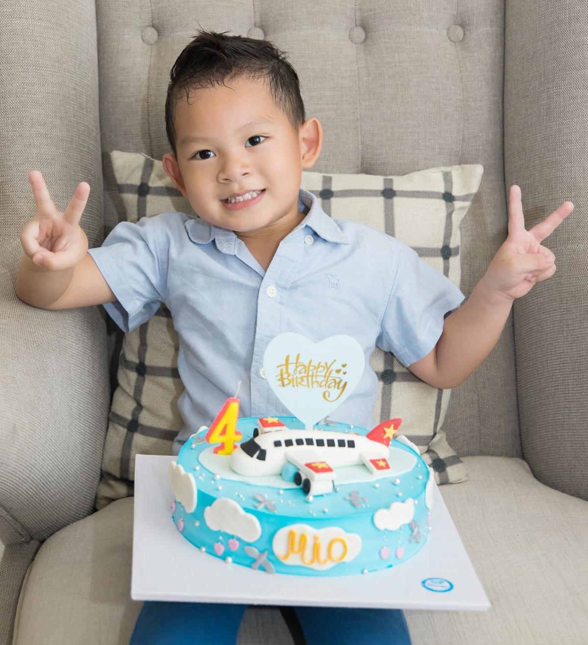Mio (tên thật là Nguyễn phi Long) được bố mẹ chuẩn bị bánh kem xinh xắn. Cậu thích thú khi thổi nến và chụp ảnh.
