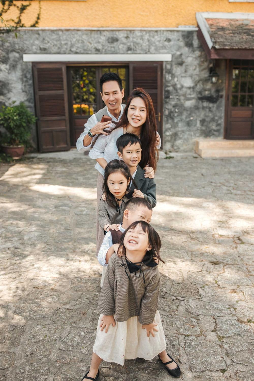 Trong nhà, hai bé gái Cherry và Sunny được nhận xét có nhiều nét giống bố nhất.