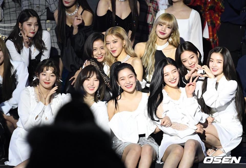 Black Pink - Red Velvet nổi tiếng với tình bạn thân thiết. Fan đặt tên ghép cho hai nhóm là BlackVelvet.