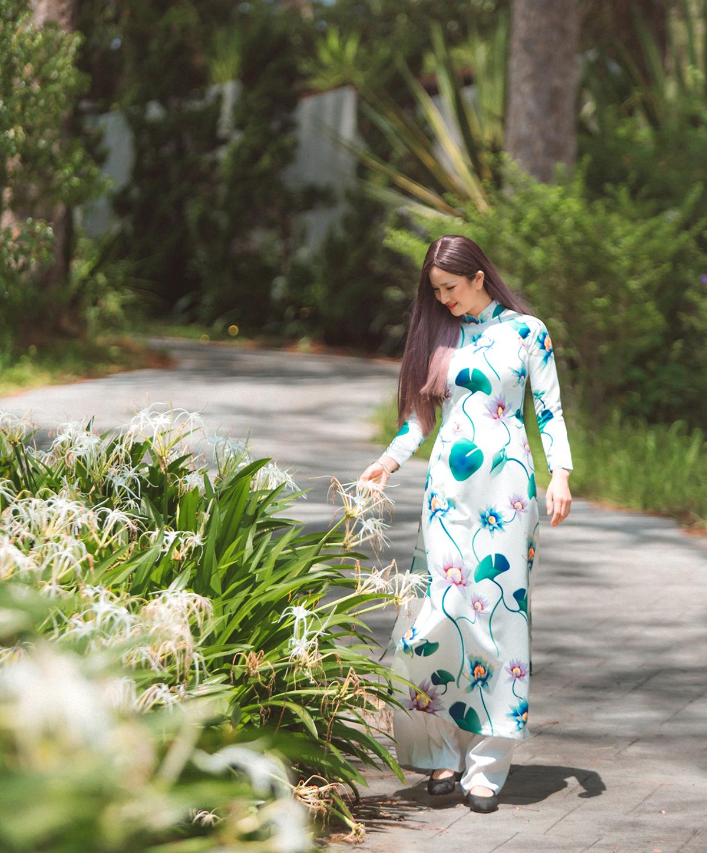 Cô đội tóc giả, mặc áo dài lụa in hoa trẻ trung dạo chơi ở Đà Lạt. Đây là hình ảnh gợi nhớ về Cao Thùy Dương những năm tháng hồn nhiên, mới bước chân vào showbiz.