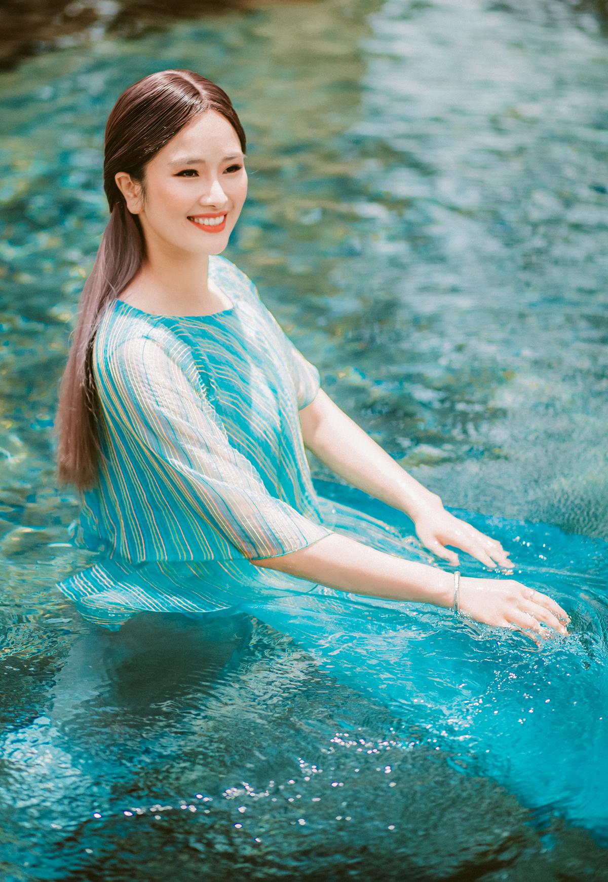 Dưới cái lạnh của Đà Lạt, Cao Thuỳ Dương không ngại trầm mình xuống bể bơi hay dậy từ 3-4h sáng để có những bức hình ưng ý nhất, hoà mình vào vẻ đẹp huyền ảo của mảnh đất ngàn hoa.