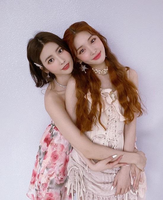 Chung Ha được cô bạn thân Ki Hee Hyun (DIA) ôm từ phía sau đầy ngọt ngào.
