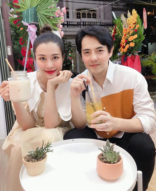 Hai vợ chồng Đông Nhi - Ông Cao Thắng mặc tông xuyệt tông đi uống sinh tố.
