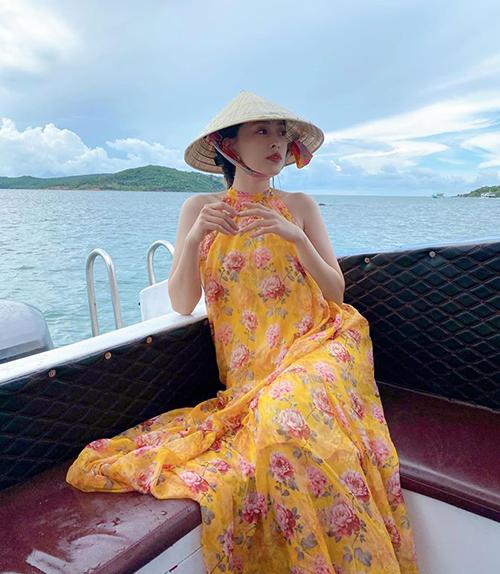 Phương Nga diện váy hoa bay bổng, mát mắt trong chuyến đi chơi biển mùa hè.