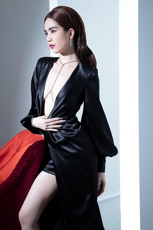 Ngọc Trinh gây tò mò với vòng một lặn mất tăm khi diện chiếc váy xẻ cổ sâu hút.