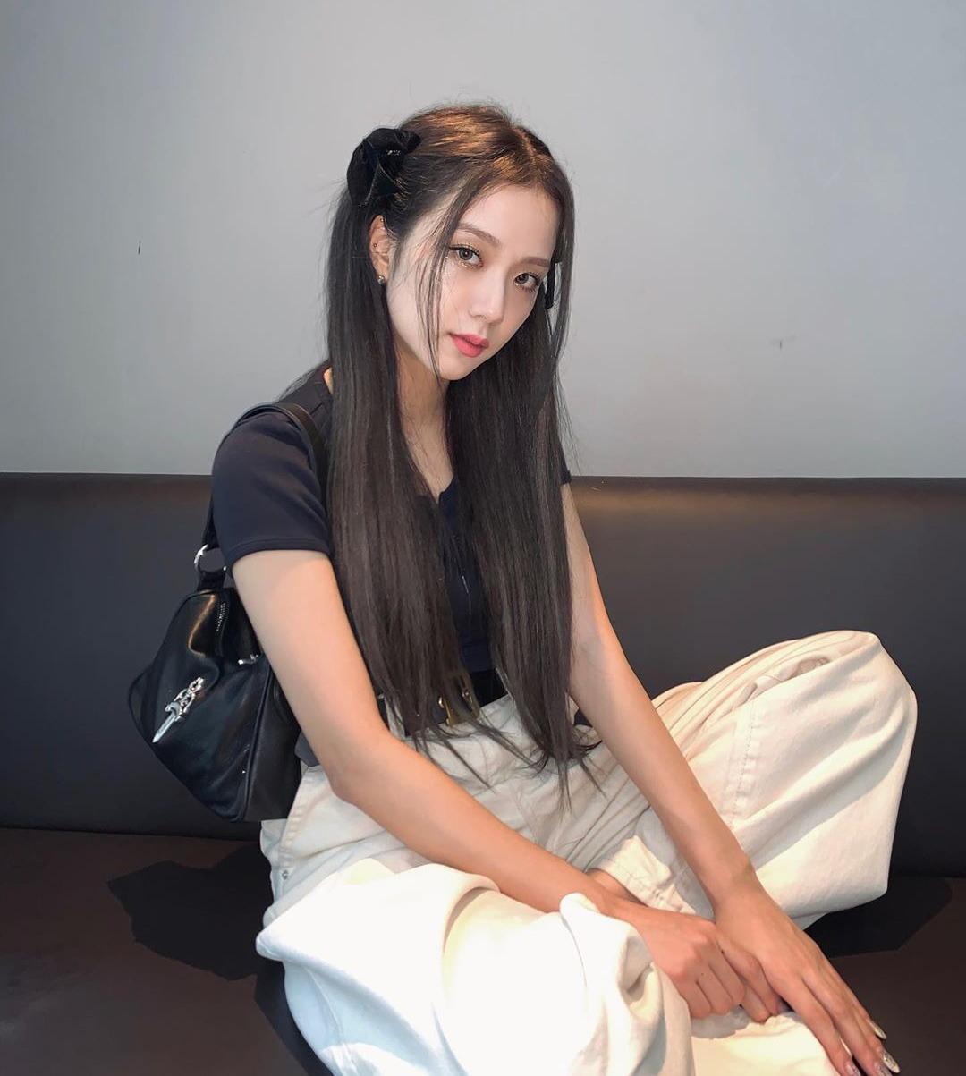 Từ khi comeback với How you like that, Ji Soo có sự thay đổi rõ rệt về ngoại hình. Dù không đổi những màu tóc chất chơi như các thành viên khác, nữ idol cho thấy việc đầu tư chỉn chu hơn bằng style làm tóc cầu kỳ. Không chỉ lăng xê mái tóc buộc nửa điệu đà khắp châu Á, Ji Soo còn áp dụng kiểu tóc này thường xuyên ở đời thường. Nhiều khán giả phát hiện gần đây, kể cả khi mặc đồ siêu đơn giản, visual Black Pink vẫn làm tóc rất chỉn chu.