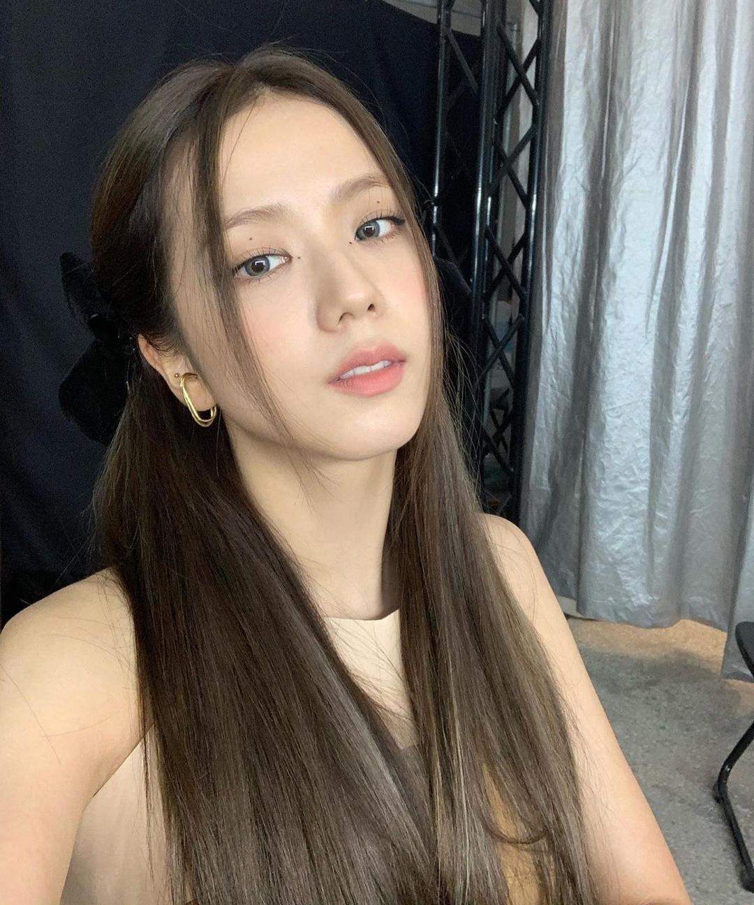 Style kẹp nửa với phần mái kiểu râu gián được Ji Soo lăng xê thường xuyên trong nhiều hoàn cảnh.