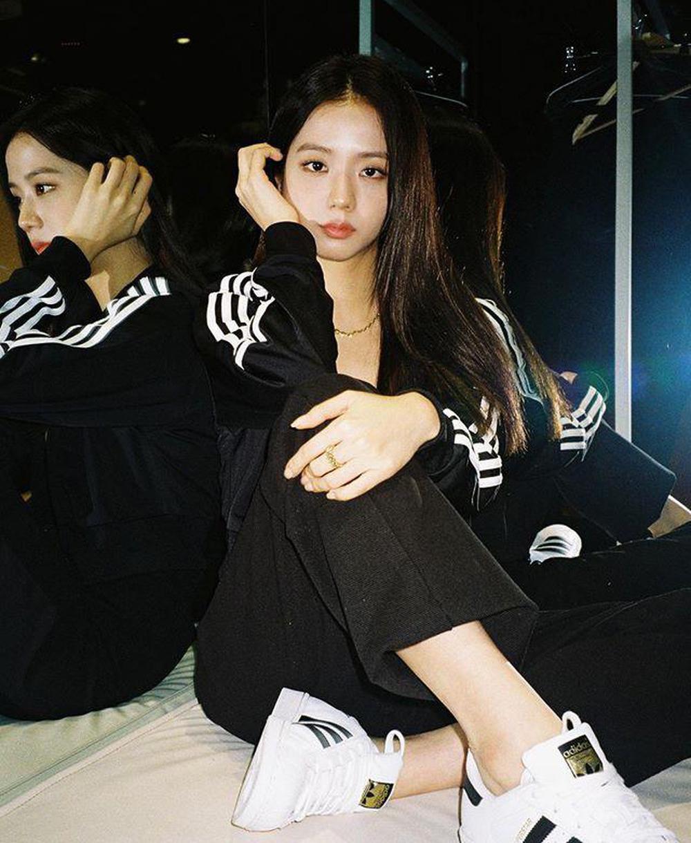 Ngay cả khi chụp ảnh quảng cáo, Ji Soo cũng hiếm khi đổi kiểu tóc. Cũng vì vậy nên nhan sắc nàng visual đôi khi có phần lép vế so với các thành viên khác.
