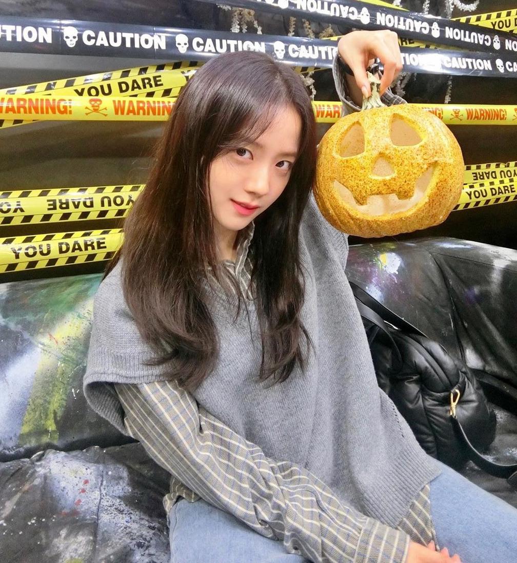 Nhiều năm liền, Ji Soo từng trung thành với hình ảnh khá an toàn. Kiểu tóc của cô trăm lần như một, thiếu điểm nhấn nên khá nhạt nhòa.