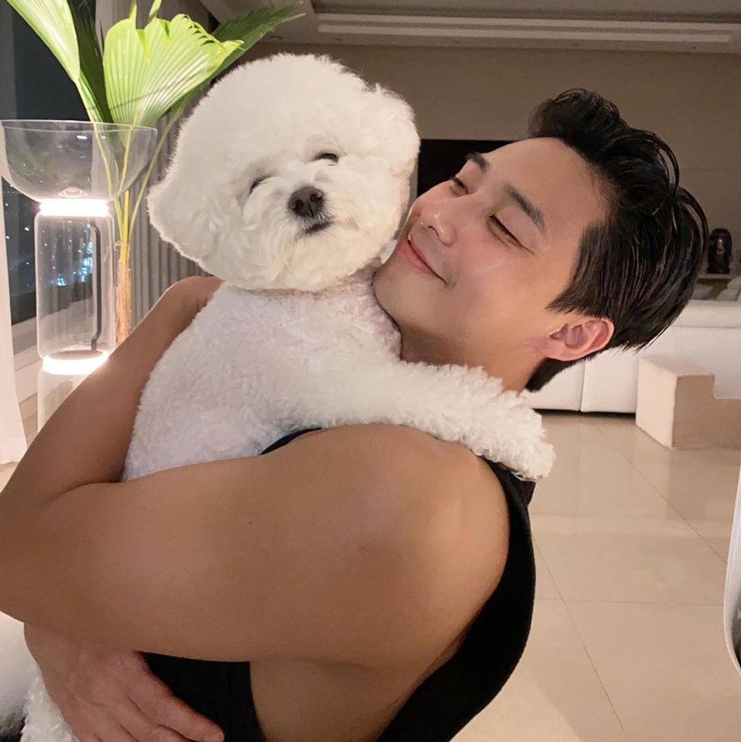Park Seo Joon khoe bắp tay lớn nhờ tập gym. Anh chàng có khoảnh khắc ấm áp bên cún cưng.
