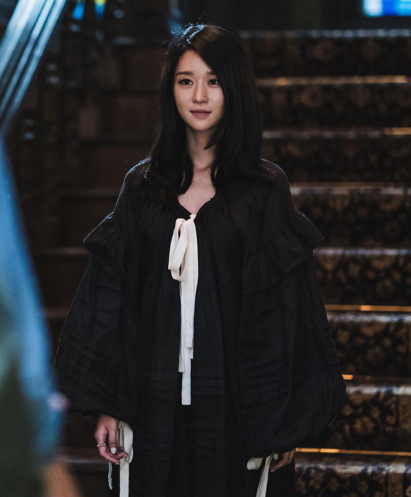 Từ tập 6, khi bối cảnh bộ phim diễn ra trong nhà nhiều hơn, Seo Ye Ji xuất hiện liên tục cùng tạo hình đồ ngủ. Để giữ vẻ sang chảnh của một quý cô kiêu kỳ, nữ diễn viên luôn được trang điểm long lanh.
