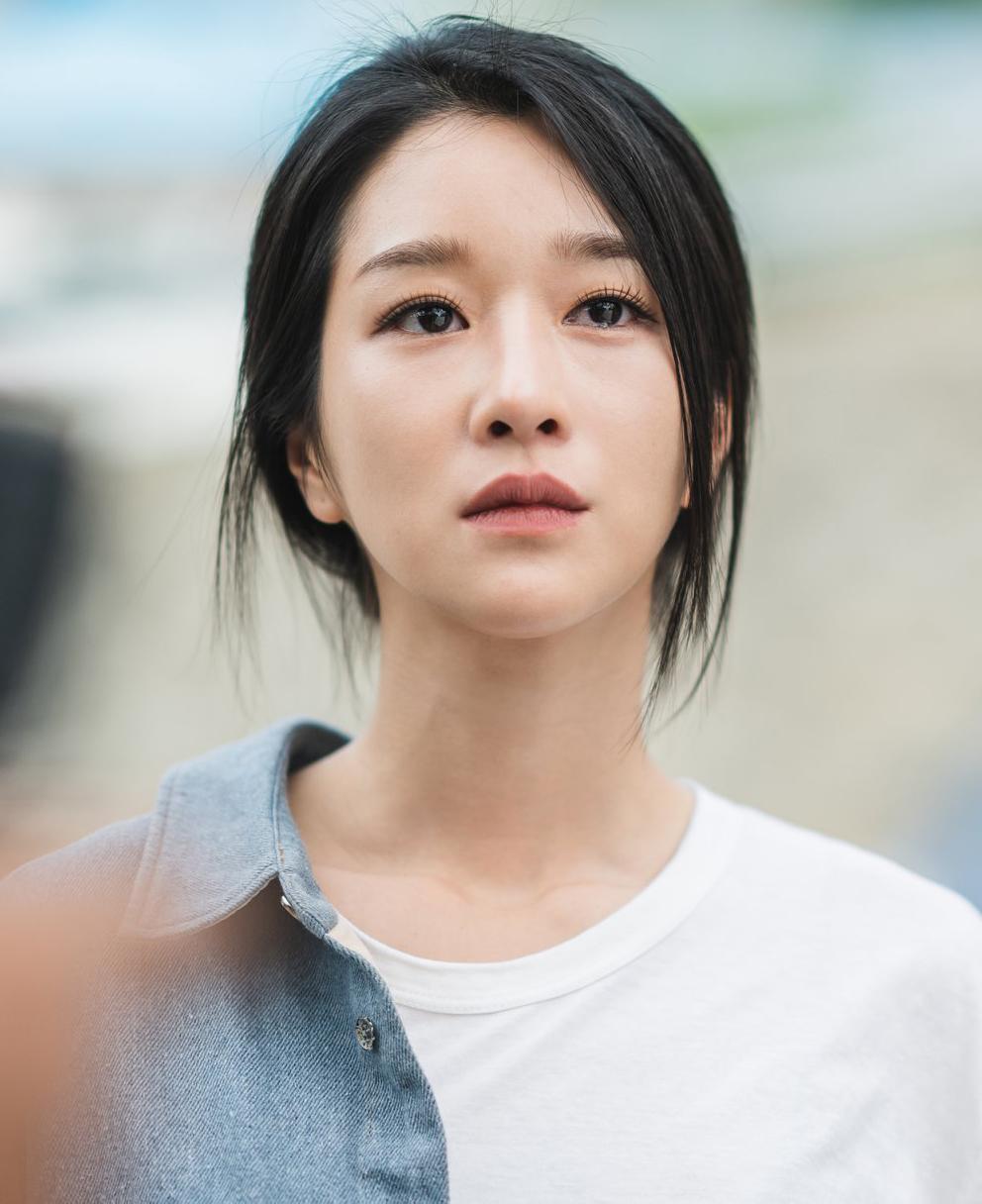 Trang điểm chỉn chu ngay cả khi đi ngủ là lỗi tạo hình thường gặp trong các bộ phim. Tuy nhiên với Seo Ye Ji trong Điên thì có sao, điều này càng lộ rõ vì mỹ nhân điên vốn có cách makeup rất đậm đà. Ở nhiều phân cảnh, khán giả có thể thấy rõ nữ nhà văn Go Moon Young vừa mới ngủ dậy đã có diện mạo chẳng khác gì sắp đi tiệc.