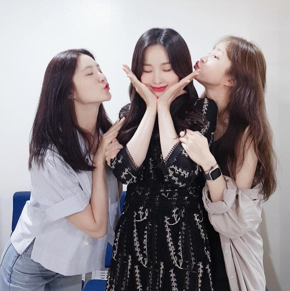 Jeong Hwa và Hani thể hiện tình cảm với chị Sol Ji.
