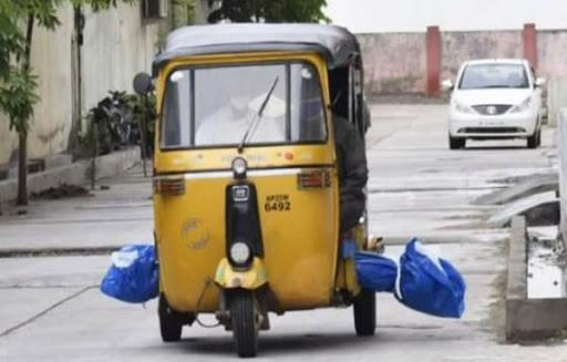 Xe tuk tuk chở thi thể nạn nhân Covid-19 ở Ấn Độ.