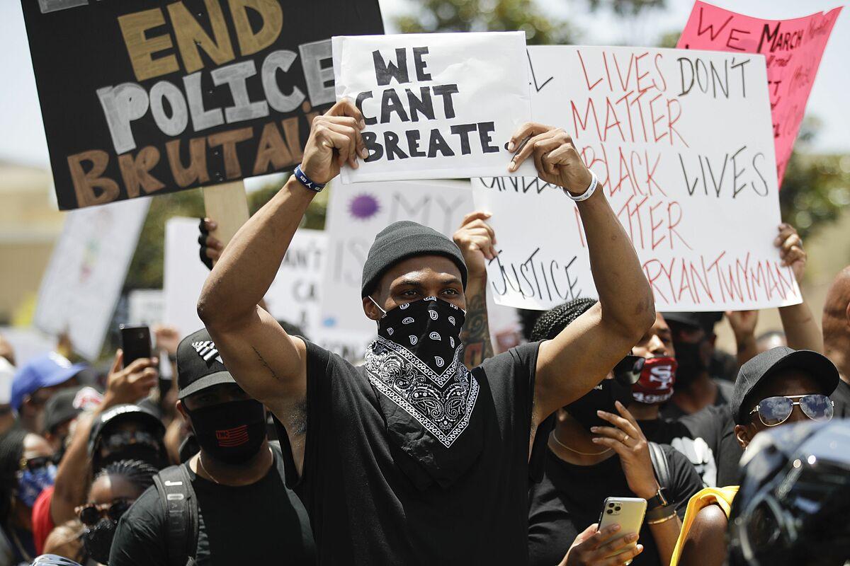 Cầu thủ bóng rổ NBA Russell Westbrook tham gia biểu tình vào ngày 7/6 tại Compton, California. Ảnh: AP.
