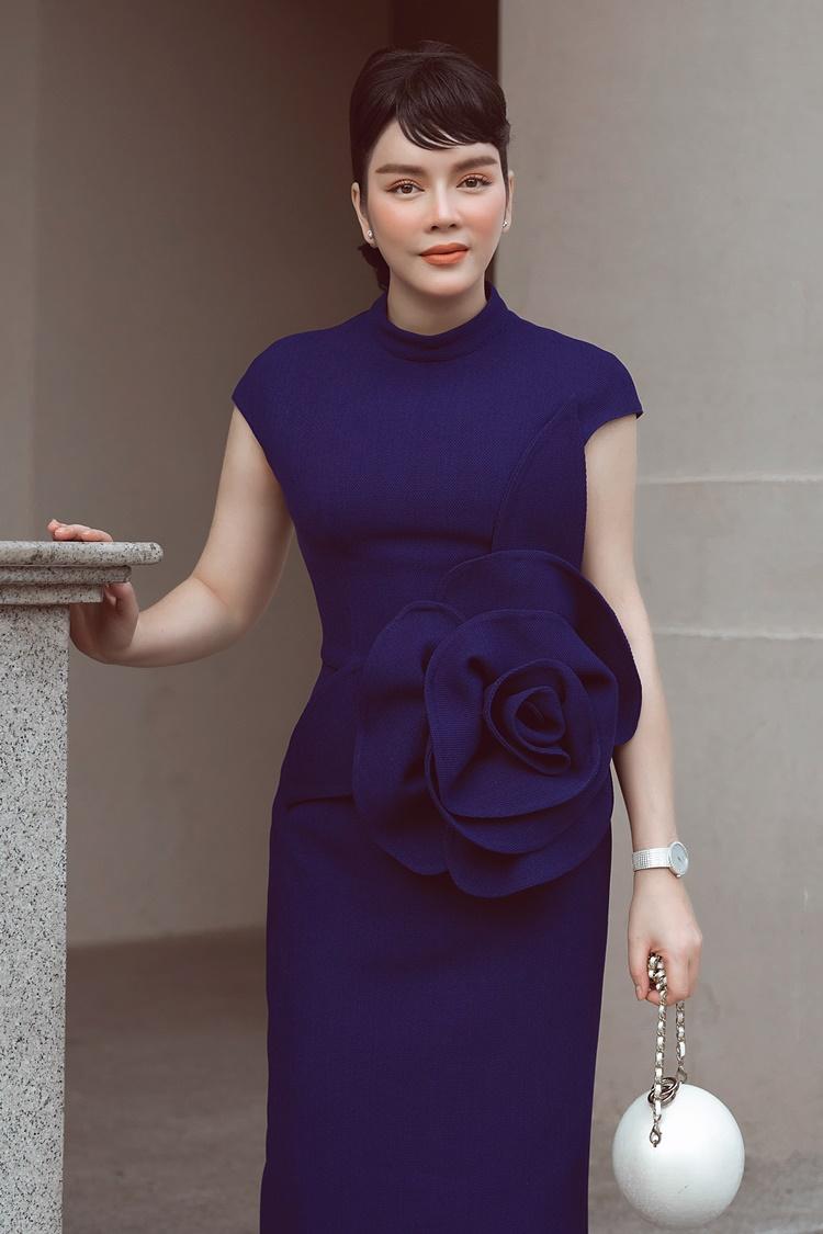 Mẫu túi Chanel giá hơn 300 triệu đồng tô điểm cho trang phục.
