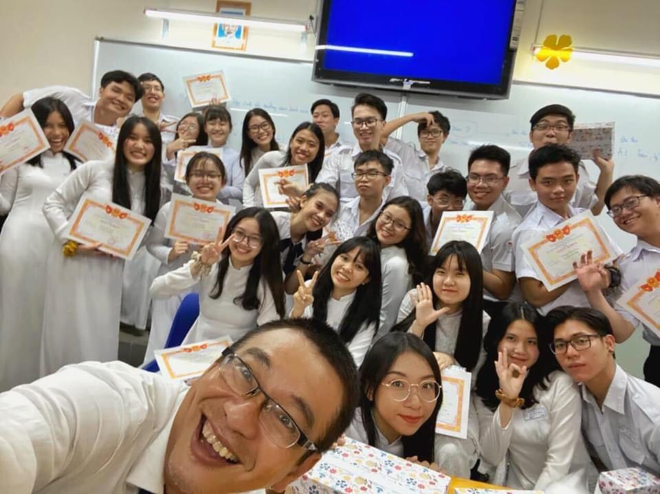 Thầy Nguyễn Viết Đăng Du và các học sinh của lớp 11A5.