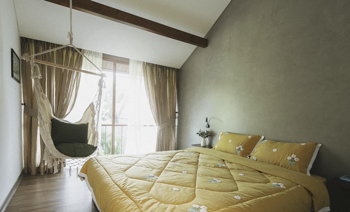 Homestay có 6 phòng ngủ, thiết kế theo phong cách tối giản (minimalist), mộc mạc (rustic). Gia chủ chỉ sắp đặt vài món nội thất chủ chốt, không trang trí cầu kỳ để tạo cảm giác thông thoáng.