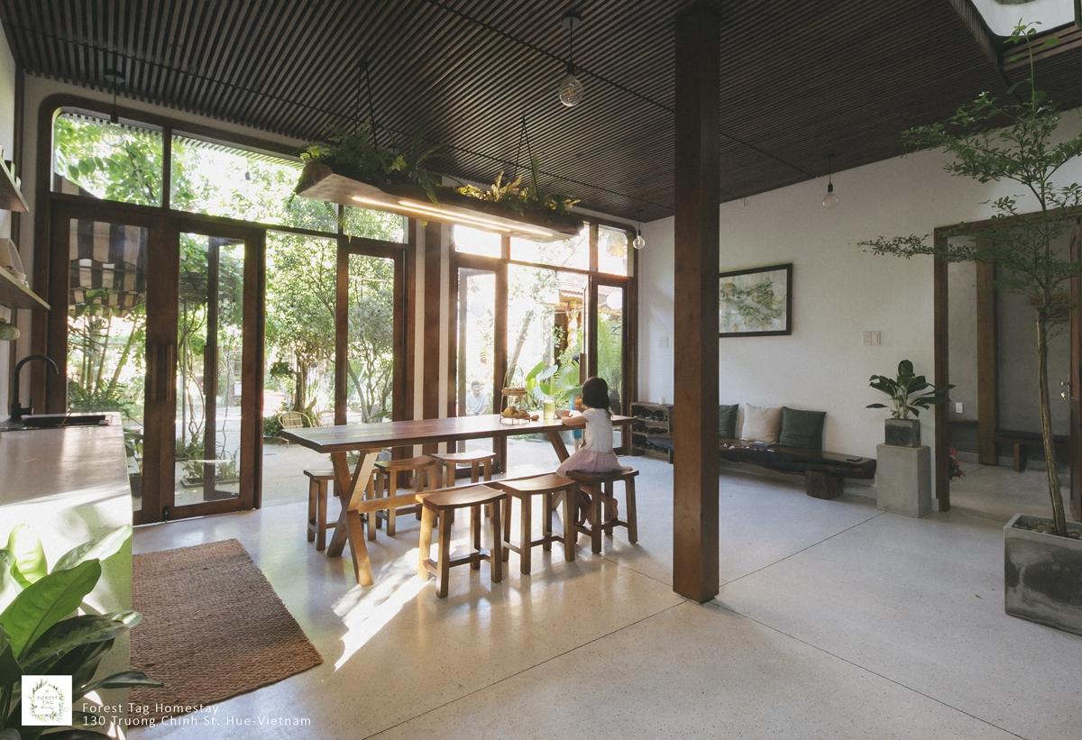 Không gian sinh hoạt chung được thiết kế rộng rãi, thoáng mát. Khách có thể thoải mái sử dụng bếp, bàn ăn, cùng đọc sách và ngắm cảnh quan bên ngoài.