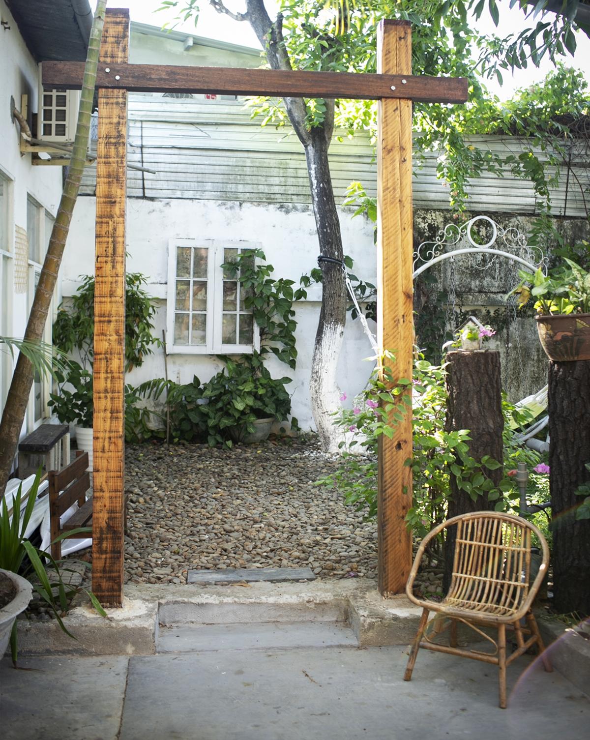 Ngôi nhà nối liền với khu vườn rợp bóng cây, du khách có thể tìm cho mình nhiều góc thưởng trà, trò chuyện, đung đưa võng đọc sách, tổ chức tiệc nhỏ ngoài trời (tối đa 30 người) hoặc cùng nhau xem phim dưới ánh đèn lung linh.