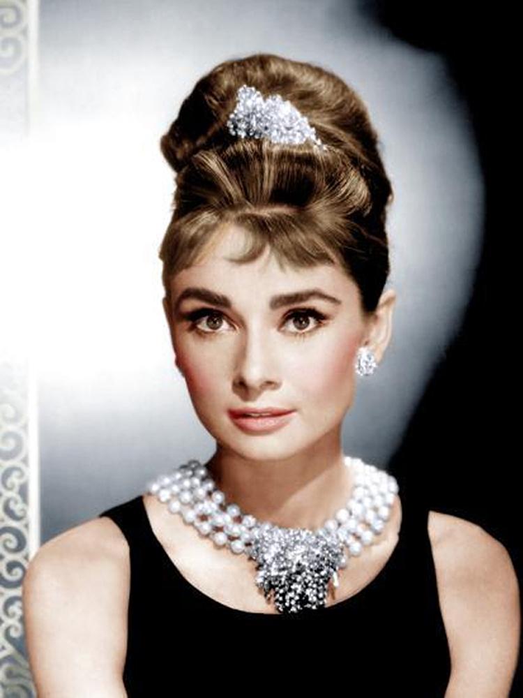 Audrey Hepburn được mệnh danh mỹ nhân của mọi thời đại. Bà sở hữu phong cách thanh lịch, quý phái. Bà là một trong những minh tinh nổi bật nhất thời hoàng kim của Hollywood (1920-1950).
