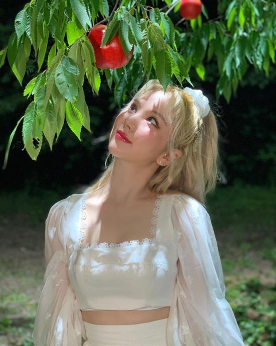 Eun Ha xinh đẹp như công chúa trong ca khúc mới của GFriend.
