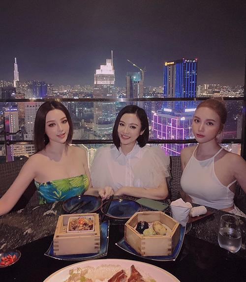 Huyền Baby cùng chị gái đưa cô bạn thân Hạnh Sino đi ăn, ngắm cảnh Sài Gòn.