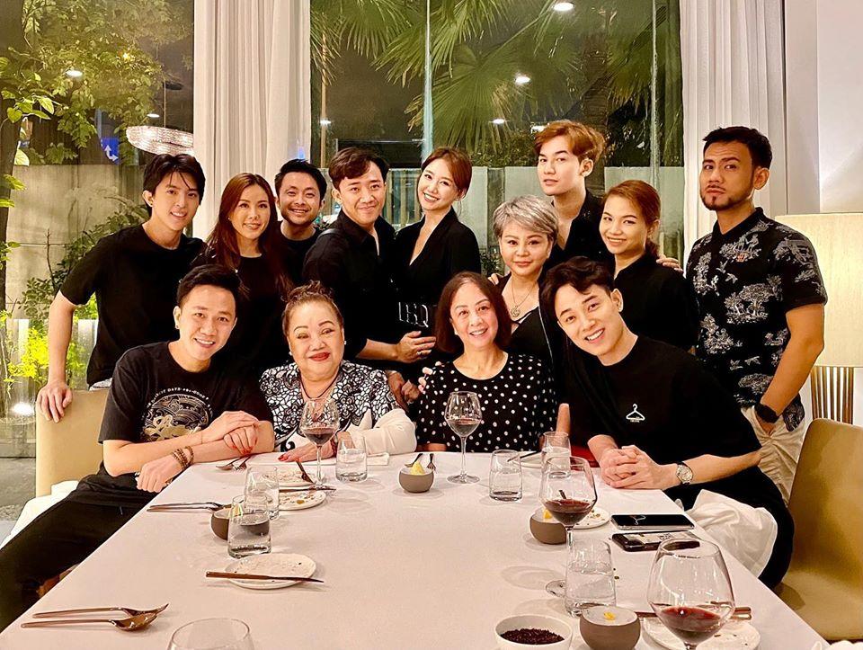 Vợ chồng Trấn Thành - Hari Won tụ tập cùng hội bạn thân. Cả nhóm nghệ sĩ rủ nhau mặc đồ đen tông xuyệt tông.