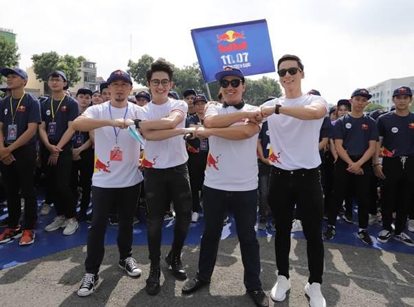 Các nghệ sĩ Việt hào hứng thể hiện động tác nắm đấm tay – biểu tượng của sự tích cực tại sự kiện.