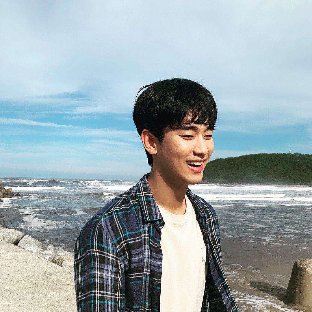 Kim Soo Hyun cười tít mắt, vui vẻ dạo chơi trong thời gian nghỉ. Nam diễn viên có hình ảnh rạng rỡ khác hẳn vẻ trầm buồn trên phim.