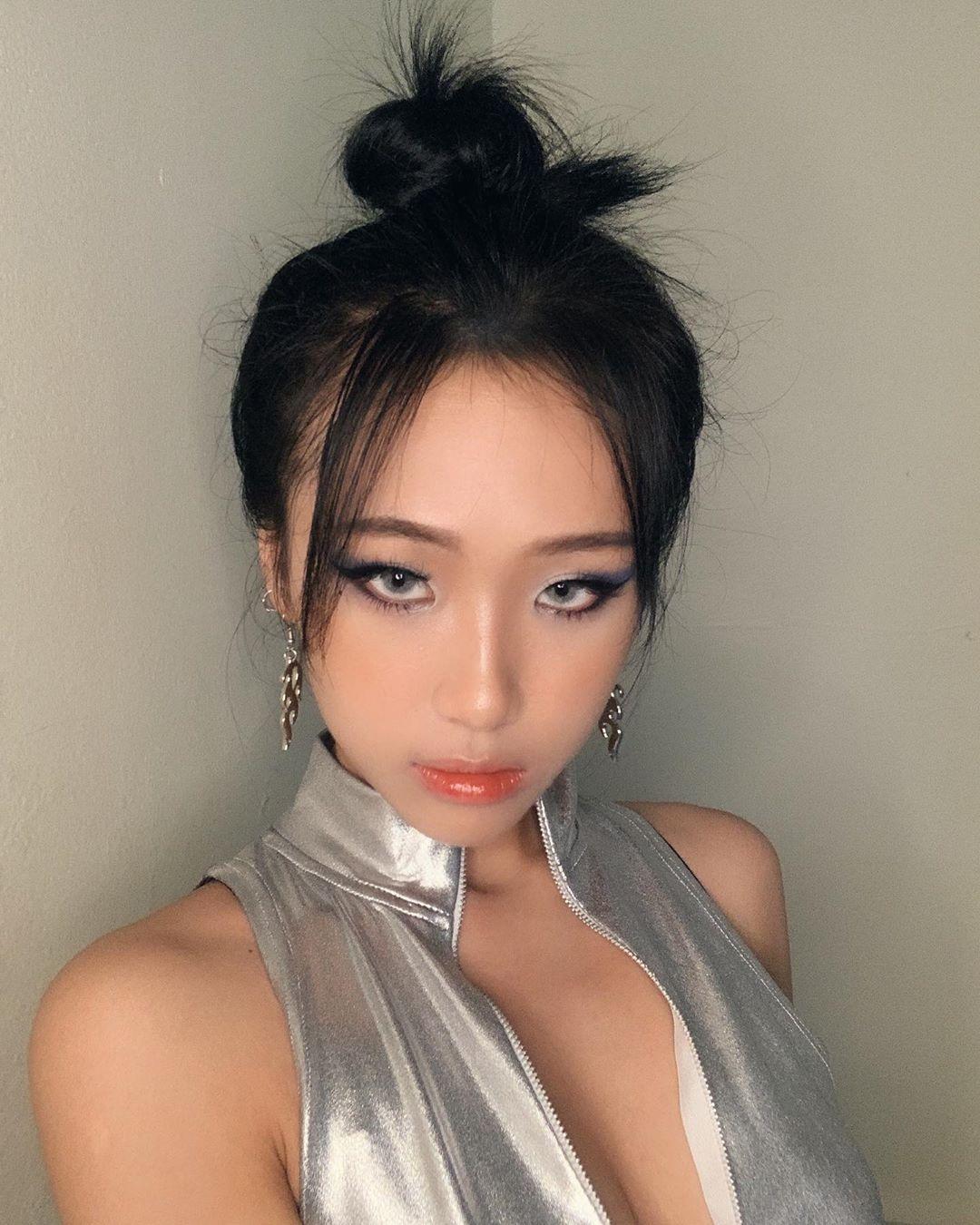 Đôi môi bóng như bôi mỡ không còn là ác mộng với các cô gái vào ngày hè. Năm nay, những cây son càng tạo hiệu ứng căng mướt càng được con gái Việt yêu thích.