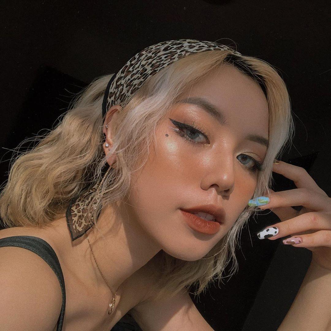 Lối makeup này yêu cầu sử dụng nhiều highlight nên thích hợp với những cô nàng có sẵn làn da căng bóng. Khi trang điểm, một tông màu được áp dụng cho toàn mặt nên trông rất hiện đại, không bị lòe loẹt, sến sẩm.