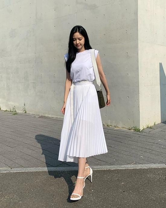 Na Eun thả dáng trên phố với bộ cánh màu trắng dịu dàng.