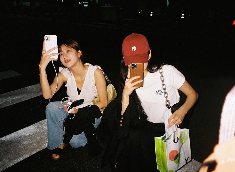 Yeri (Red Velvet) chụp hai cô bạn Na Eun (April) và Do Yeon (Weki Meki). Bộ ba đều sinh năm 1999.
