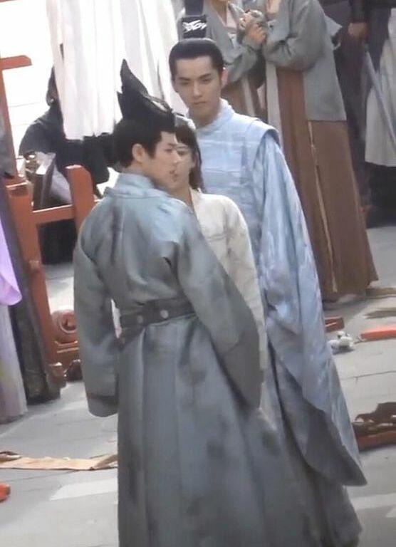 Dương Tử gần như biến mất khi đứng giữa 2 diễn viên nam.