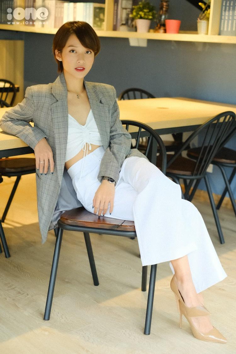 Tham dự buổi phỏng vấn với báo iOne.net chiều 15/7 tại TP HCM, Khả Ngân diện trang phục theo phong cách menswears. Cô mix bratop cùng quần ống suông cạp cao tiệp màu. Bên ngoài, cô khoác áo vest, đi giày cao gót.