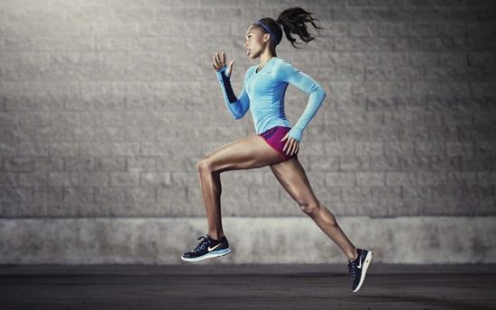 Khi chạy, đầu không nên cúi xuống mà hãy nhìn thẳng về phía trước.