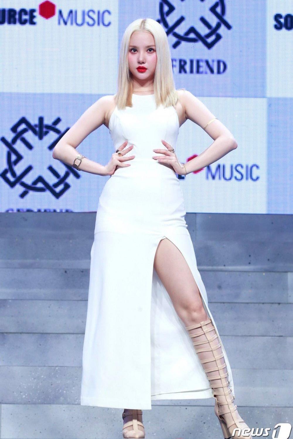 Trong đợt comeback mới đây của G-Friend, Eun Ha thu hút sự chú ý hơn cả với màn thay đổi ngoại hình mạnh mẽ. Từ bỏ vẻ trong veo, nhu mì trước đó, nữ idol chuyển qua đổi tóc theo style quyền lực. Mái tóc bạch kim rẽ ngôi giữa ép thẳng, cùng với lối trang điểm da trắng môi đỏ khiến Eun Ha được nhiều fan khen trông như nữ thần.