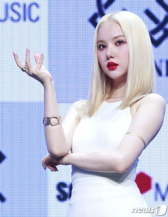 Đây là lần đầu tiên người đẹp có cách làm đẹp táo bạo như vậy. Trên các diễn đàn, ngoại hình mới của Eun Ha gây xôn xao.