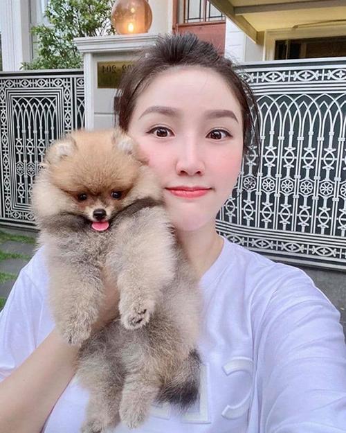 Bảo Thy khoe cún cưng: Chào cả nhà! Con là bé Bông được hơn 2 tháng tuổi! Con là cún chứ không phải gấu đâu cả nhà nha.