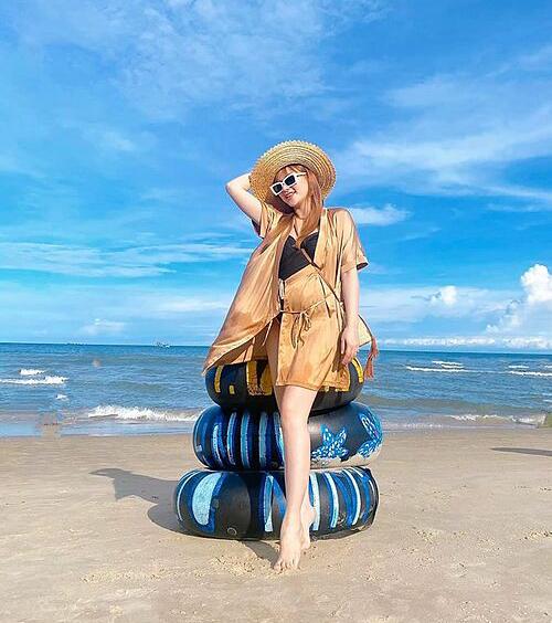 Thu Thủy bầu bí những tháng cuối vẫn rạng rỡ đi biển.